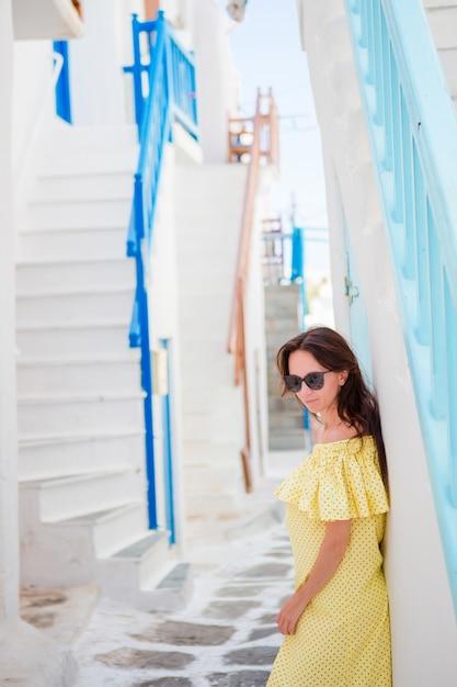 Mulher bonita na aldeia grega. jovem e linda mulher de férias em mykonos Foto Premium