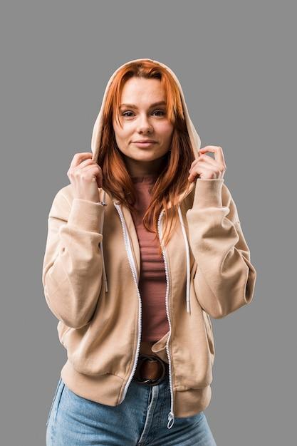 Mulher bonita na moda vestindo capuz Foto gratuita