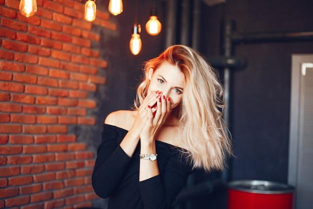 Mulher bonita no estúdio Foto gratuita