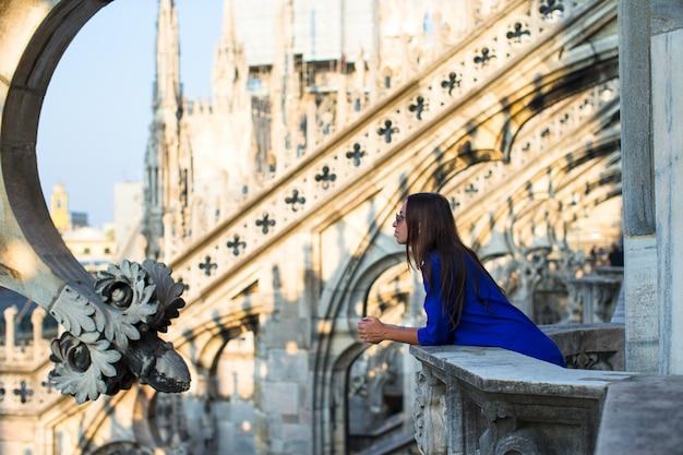 Mulher bonita no telhado do duomo, milão, itália Foto Premium