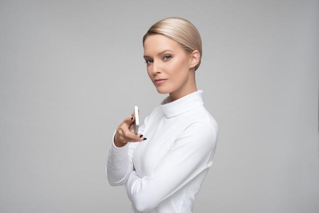 Mulher bonita olhando para frente Foto Premium