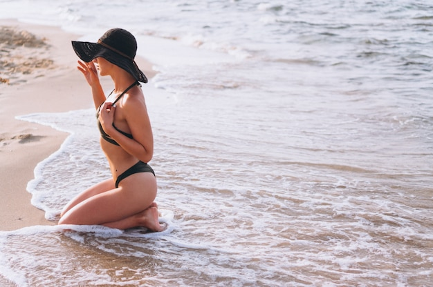 Mulher bonita pelo oceano Foto gratuita