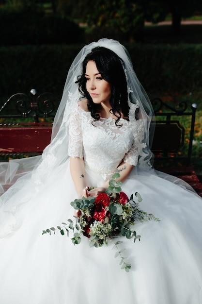 Mulher bonita posando com buquê Foto gratuita