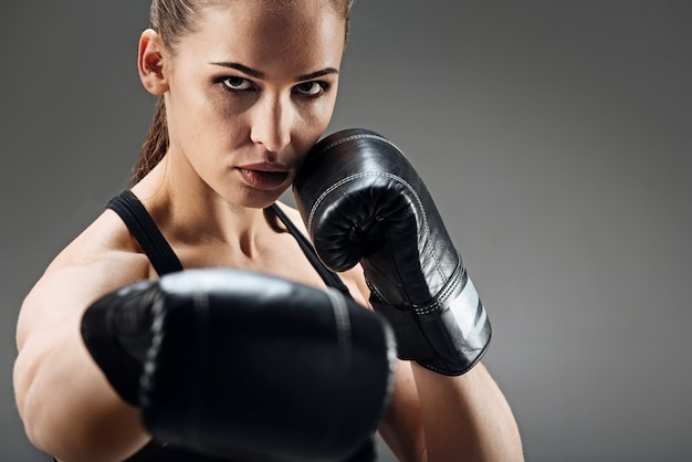 Mulher bonita posando com luvas de boxe Foto Premium