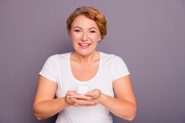 Mulher bonita posando contra a parede roxa Foto Premium