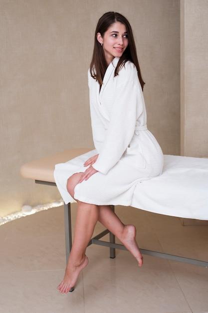 Mulher bonita posando em roupão de banho no spa Foto gratuita
