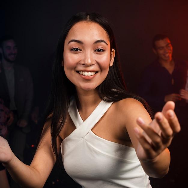 Mulher bonita posando na pista de dança Foto gratuita