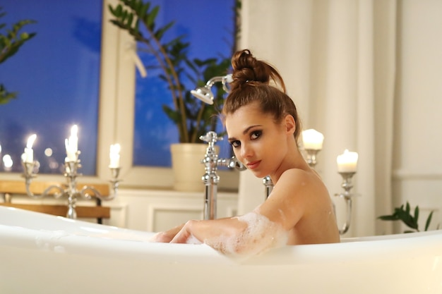 Mulher bonita posando no banheiro Foto gratuita