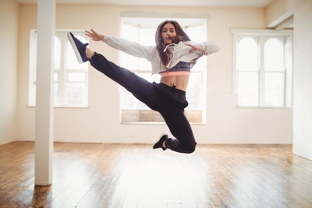 Mulher bonita praticando dança hip hop Foto gratuita