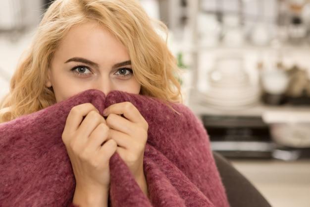 Mulher bonita, relaxando em casa Foto Premium