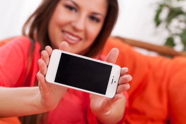 Mulher bonita, segurando smartphone Foto gratuita