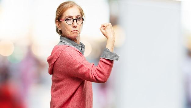 Mulher bonita sênior expressando um concep Foto Premium