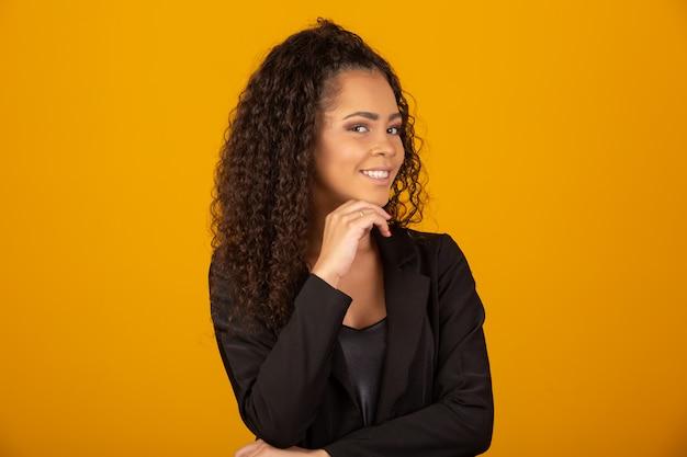 Mulher bonita sorrindo com um penteado afro Foto Premium