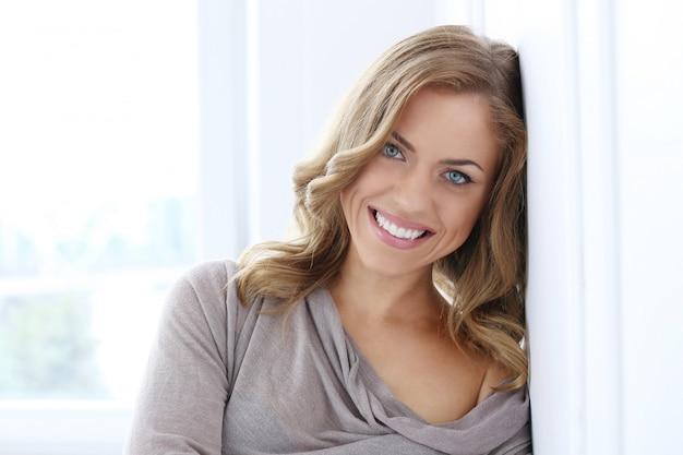 Mulher bonita sorrindo Foto gratuita