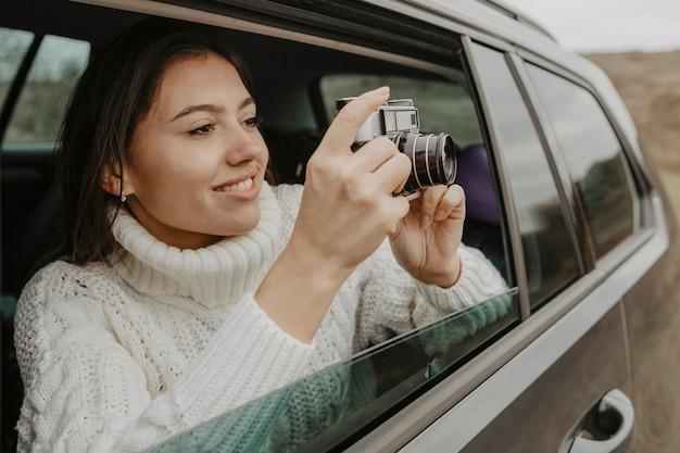 Mulher bonita tirando uma foto Foto gratuita