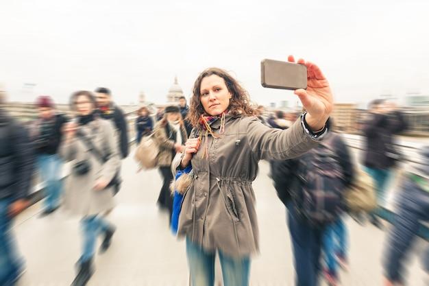 Mulher bonita tomando uma selfie em londres Foto Premium