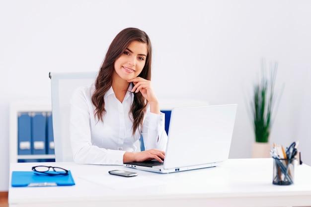 Mulher bonita trabalhando no escritório Foto gratuita