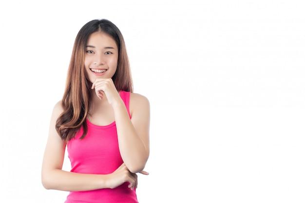 Mulher bonita usa uma camisa rosa com um sorriso, mostrando a mão dela Foto gratuita