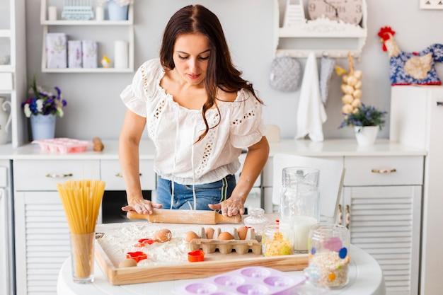 Mulher bonita usando rolo de cozinha Foto gratuita
