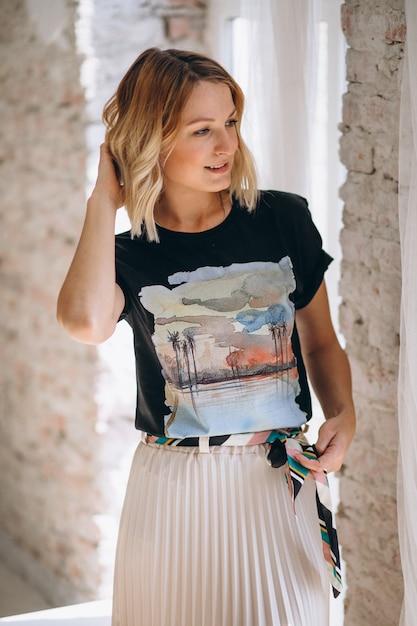 Mulher bonita vestindo camiseta Foto gratuita