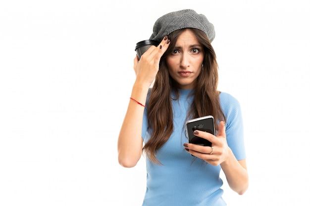 Mulher branca com tampa bebe café e tem problemas, imagens isoladas em branco Foto Premium