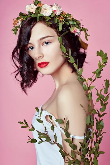 Mulher brilhante verão flores grinalda na cabeça Foto Premium