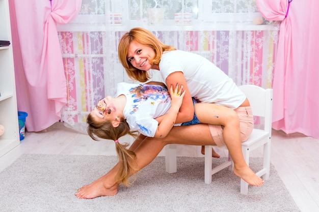 Mulher brincando com a filha dela. Foto Premium