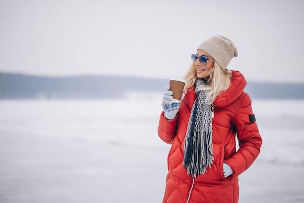 Mulher, café bebendo, exterior, em, inverno Foto gratuita