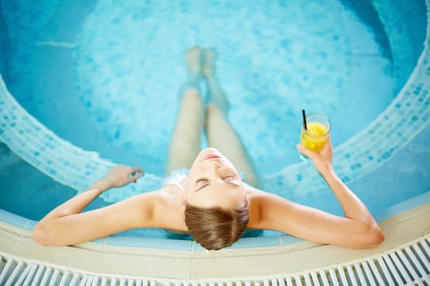 Mulher calma na banheira de hidromassagem Foto gratuita