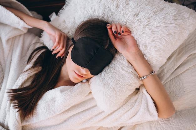 Mulher, cama, desgastar, dormir, máscara Foto gratuita