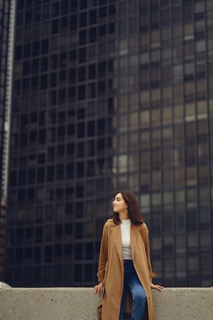 Mulher caminha pelas ruas de chicago Foto gratuita