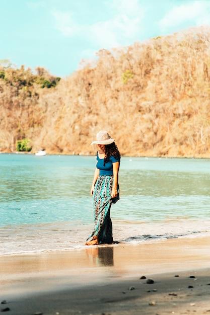 Mulher, caminhando, litoral Foto gratuita