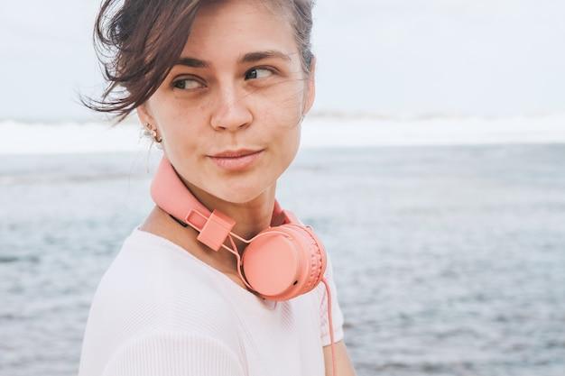 Mulher caminhando na praia Foto gratuita