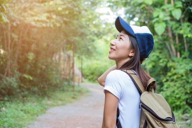 Mulher caminhando na trilha Foto Premium