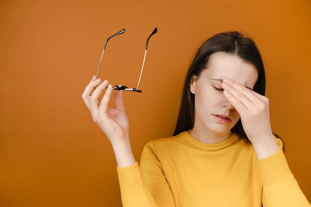 Mulher cansada, tirar os óculos Foto Premium