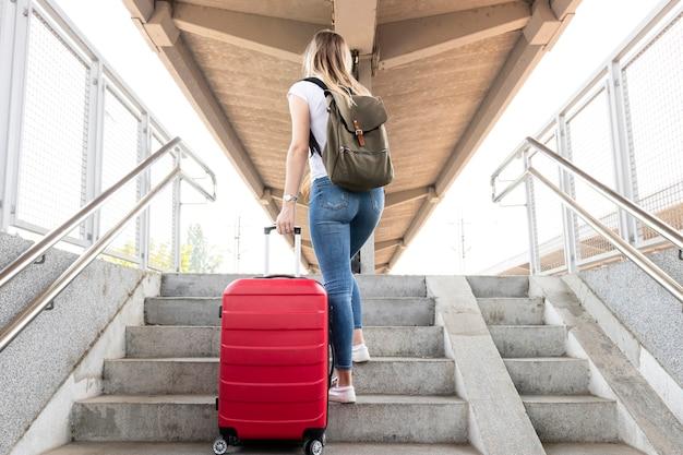 Mulher, carregar, dela, bagagem, ligado, escadas Foto gratuita