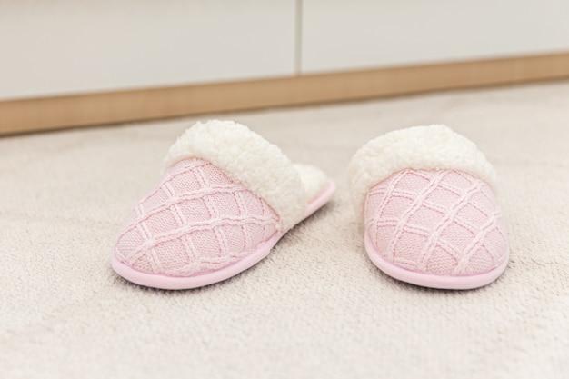 Mulher casa chinelo no chão carpete chinelos Foto Premium