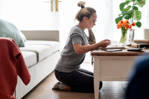 Mulher caucasiana, com notas fiscais Foto Premium