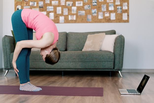 Mulher caucasiana, praticando ioga em casa Foto gratuita