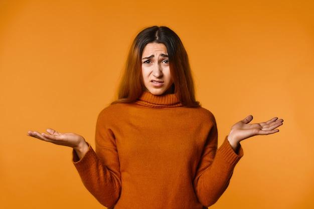 Mulher caucasiana ruiva decepcionada vestida de pulôver de lã Foto gratuita