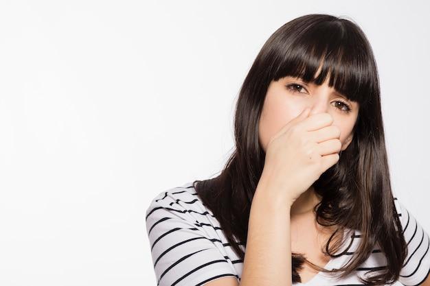 Mulher, cheirando, terrível, fedor Foto gratuita