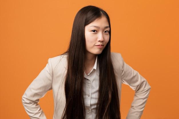 Mulher chinesa do negócio novo que discute alguém muito irritado. Foto Premium