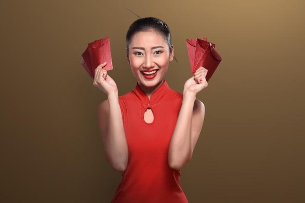 Mulher chinesa, em, tradional, roupa, segurando, angpao Foto Premium