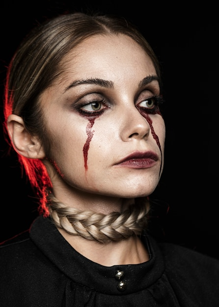 Mulher, chorando, com, falso, sangue Foto gratuita