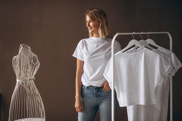 Mulher, chosing, um, camisa branca Foto gratuita