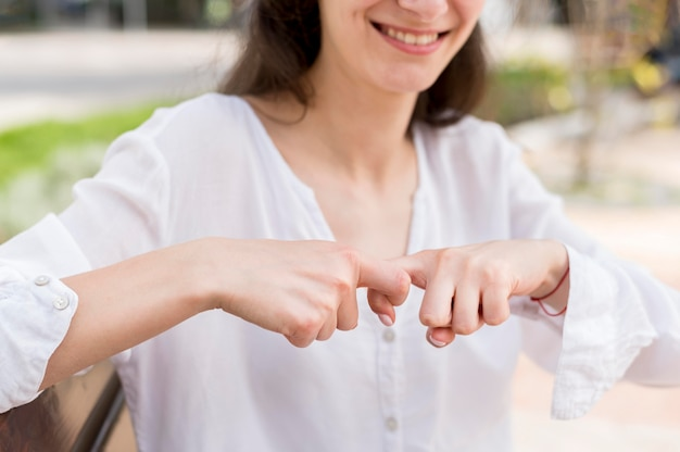 Mulher close-up, comunicando-se através da linguagem gestual Foto gratuita