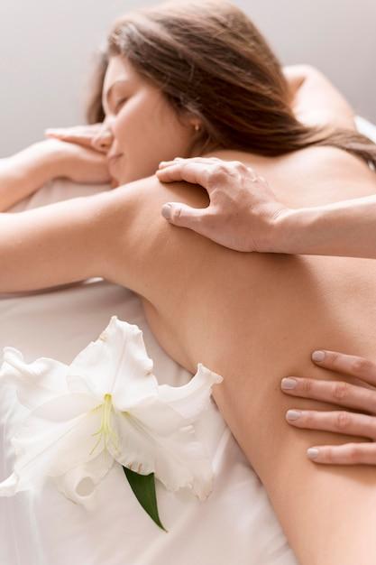 Mulher close-up, recebendo massagem Foto gratuita