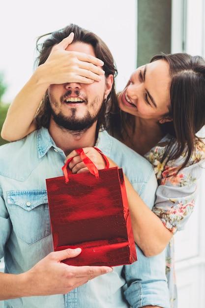 Mulher, cobertura, olhos, homem, vermelho, presente, saco Foto gratuita