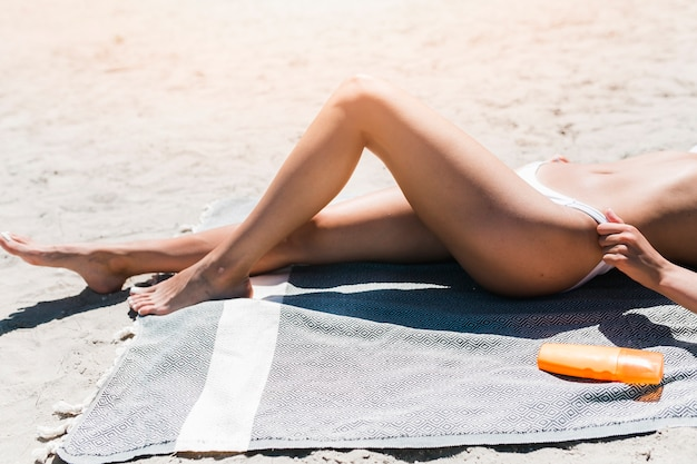 Mulher colheita, ajustar, swimsuit, panties Foto gratuita