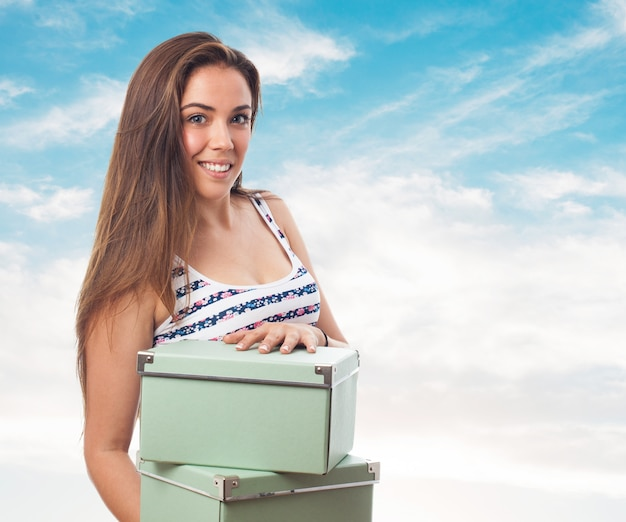 Mulher com algumas caixas verdes em mãos Foto gratuita